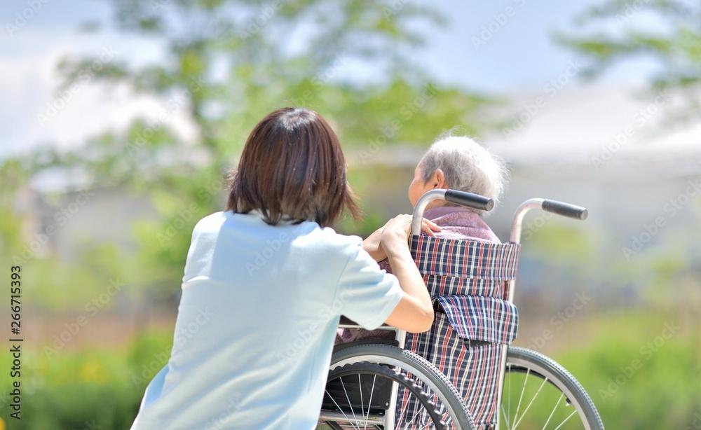 Fototapeta 老人介護施設・新緑を楽しむ母