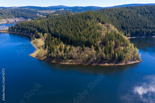 Photo Aerial view of a flight over a reservoir in the Harz Mountains, a German low mou