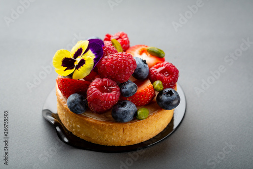 Cadres-photo bureau Nature Mini tart with fresh berries