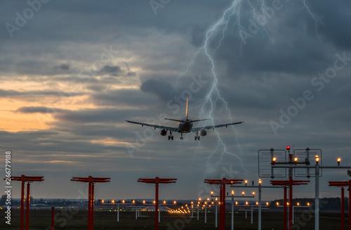 Gewitter bei der Landung auf dem Flughafen Wallpaper Mural