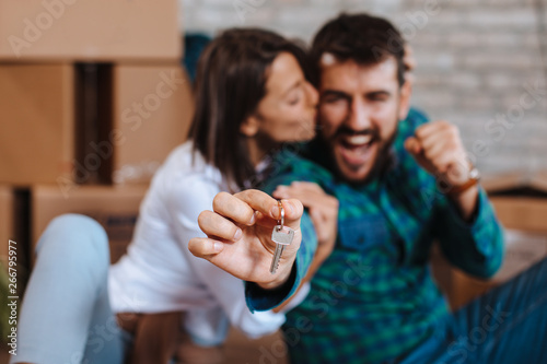 Fotografía  Young happy couple showing the keys of a new home
