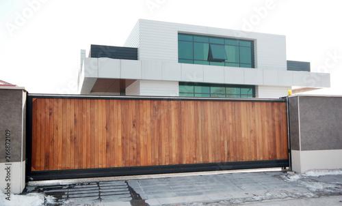 Cuadros en Lienzo automatic wooden entry door