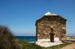 kleine Kirche aus Natursteinmauern am Strand