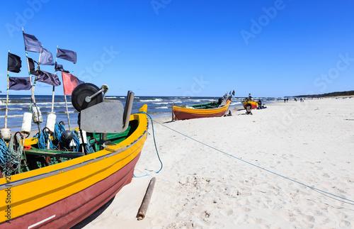 Łodzie rybackie na plaży w Dębkach, na pomorzu gdańskim