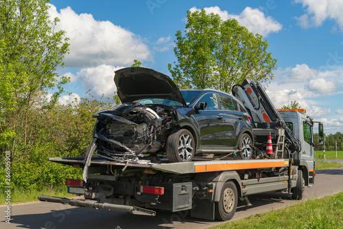 Pinturas sobre lienzo  Ein Unfallauto wurde auf einen Abschleppwagen geladen