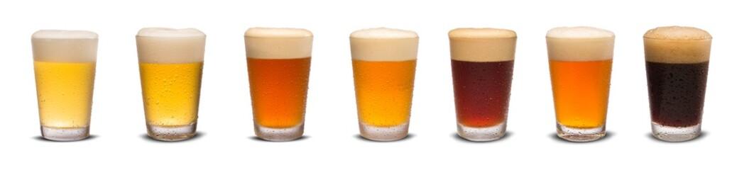 Skup mnogih čaša za pivo s različitim izolatom piva na bijeloj pozadini.