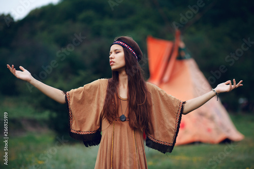 Cuadros en Lienzo Native indian woman with traditional hairstyle outside in wild forest