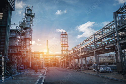 Fotografia Pipeline and pipe rack of petroleum industrial plant with sunset sky background