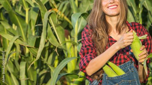 Photo Female farmer or gardener holding her crop fresh vegetable