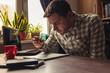 canvas print picture - Büroangestellter sucht nach Fehlern