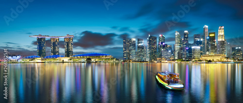 Photo  Panorama view of Singapore city skyline with tourist boat at night