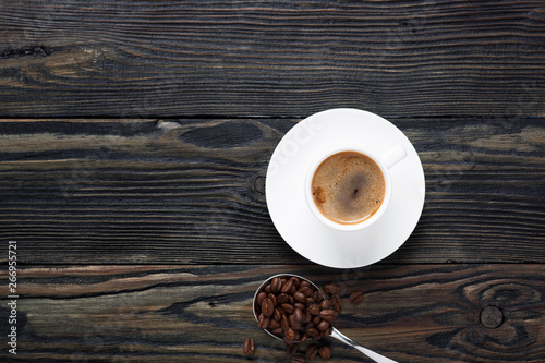 Foto op Canvas Cafe Fresh and aromatic coffee in a white cup and coffee beans.