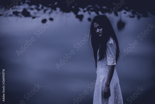 Photo  Portrait of asian woman make up ghost face at the swamp,Horror scene,Scary backg