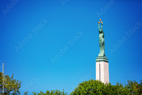 Fotografía landmarks of Latvia - freedom monument in Riga against blue sky
