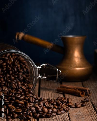 Café en grains spilled coffee beans from a glass jar