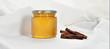 Honigglas mit Zimtstange