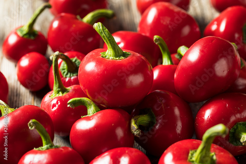 Fotografia Raw Organic Red Cherry Bomb Peppers