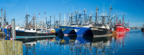 Photo Landscape panoramic view of Commercial phishing boats harbor, repair shop
