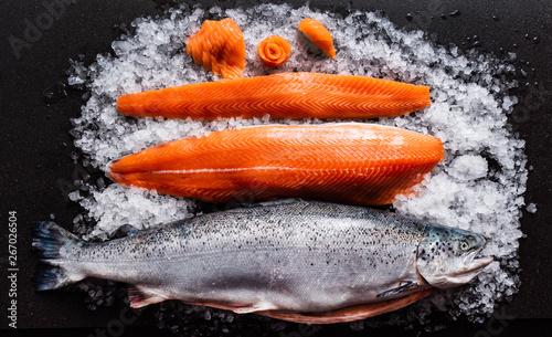 Fotografia raw salmon fish on the ice