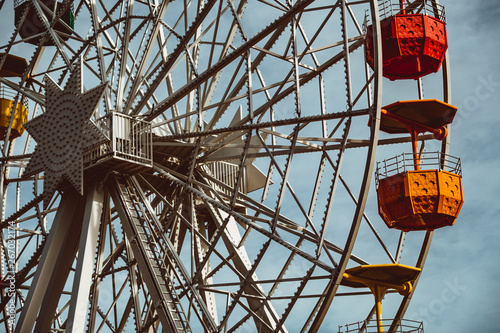 Photo Colourful ferris wheel in the amusement park Tibidabo on background of blue sky
