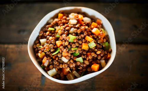Photo Rustic bowl of boiled lentils and vegetables
