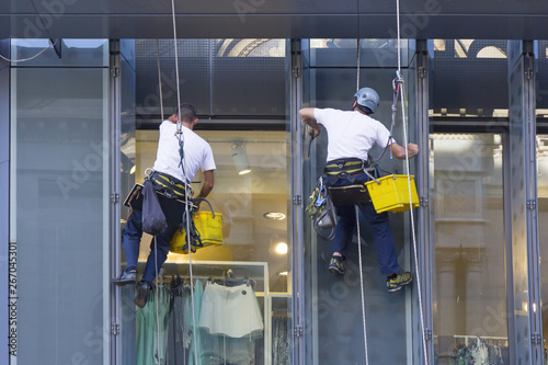 Fotografía  Window washers cleaning the windows of shopping center