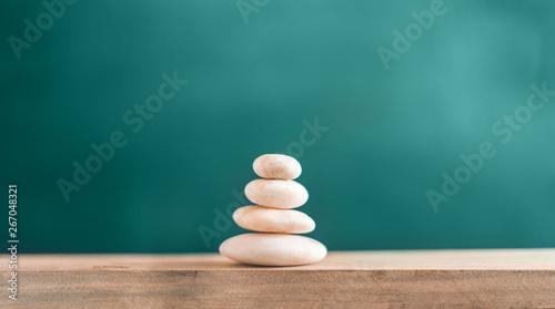 Montage in der Fensternische Zen Balanced stones On the wood