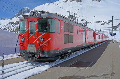 Poster Voies ferrées Eisenbahn auf der Oberalp-Passhöhe, Andermatt, Uri, Schweiz