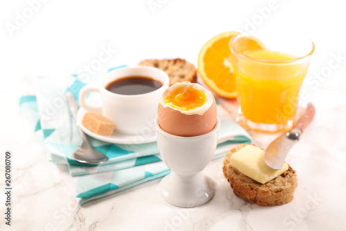Foto full breakfast with coffee cup, orange juice, bread and egg