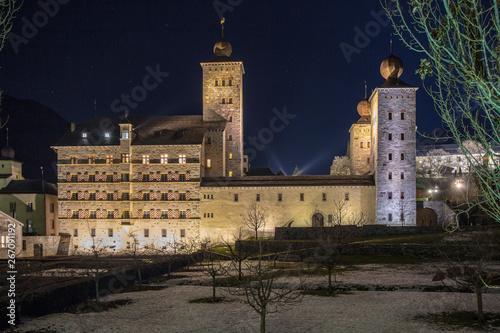 Schloss Brig bei Nacht Tapéta, Fotótapéta