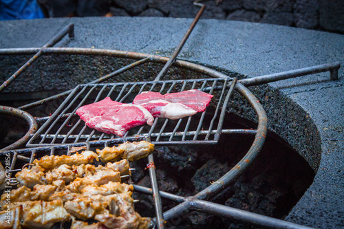 Photo  Chicken legs on the grill grill over the natural heat of a volcano in the El Diablo Canary Islands National Park