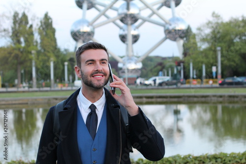 Photo Businessman calling by phone with copy space