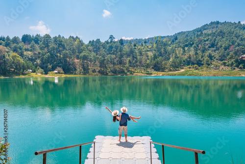 Keuken foto achterwand Blauwe hemel Romantic couple contemplating the amazing Montebello turquoise lakes in Chiapas, Mexico