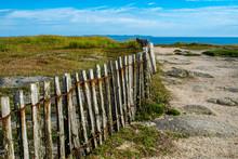 Vacances à La Mer, Tourisme En Bretagne, Clôture En Bois Au Bord De La Mer, Promenade Le Long De La Côte