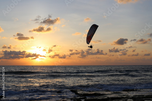 Foto op Canvas Luchtsport man flies on a motoplaglan over the Mediterranean Sea in northern Israel