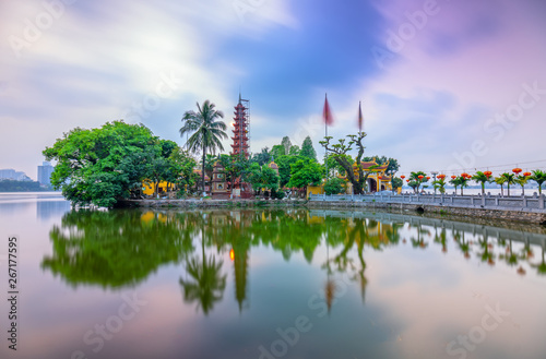 Foto  Tran Quoc pagoda at sunset on the West Lake peninsula oldest temple in Hanoi, Vi
