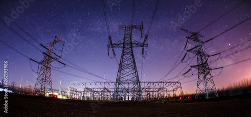 Fotografia The high voltage tower and the Milky Way at night