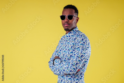 Cuadros en Lienzo  Portrait of attractive young african man sunglasses on yellow wall