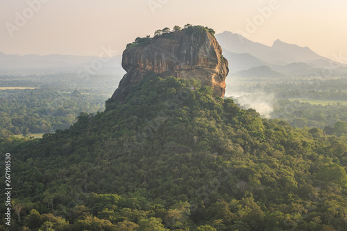 La pose en embrasure Kaki Sigirîya le rocher du lion durant le coucher de soleil