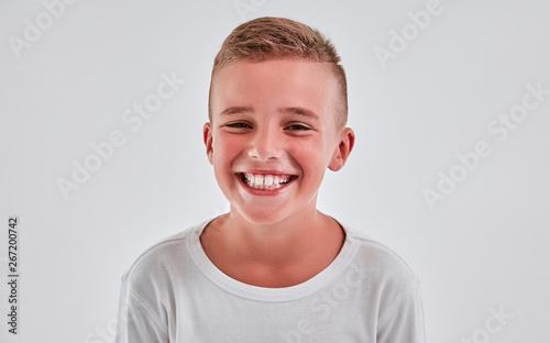 Stampa su Tela  Cute boy on a gray background
