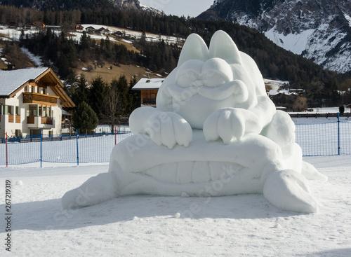 Nicht für die Ewigkeit  - Garfield - Dekorative Skulptur aus Schnee am Strassenr Fototapete