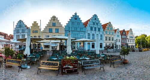 Fotobehang Oude gebouw Nordische Häuser und Fassaden am Marktplatz in Friedrichstadt