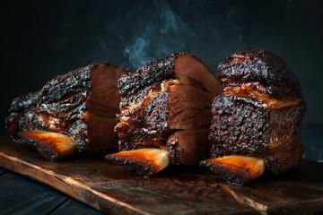 Veliki mirisni komadić pečene goveđe prsa na rebrima s tamnom korom. Klasični teksaški roštilj