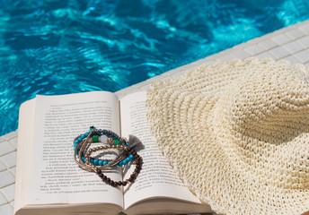 Czytanie książki nad wodą, odpoczynek w cieniu