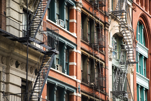 Foto Close-up view of New York City style apartment buildings with emergency stairs along Mott Street in Chinatown neighborhood of Manhattan, New York, United States