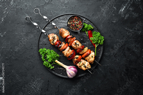 Fotografía  Chicken shish kebab with onions and tomatoes