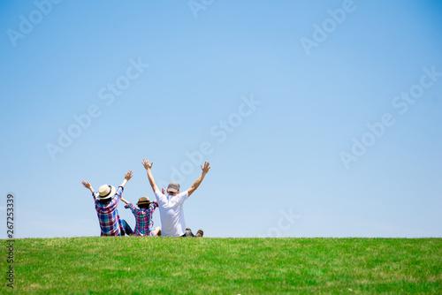Valokuva  草原で座るファミリー