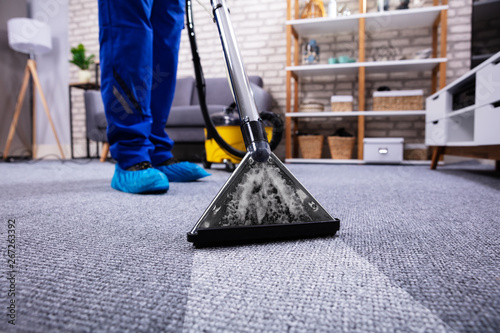 Fotografía  Person Cleaning Carpet With Vacuum Cleaner
