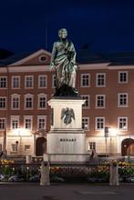 Das Beleuchtete Mozart-Denkmal In Salzburg