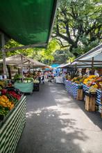Barraca De Feira Livre No Brasil Vendendo Varios Legumes.